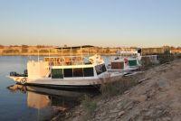 Mutterschiffe mit Angelbooten am Ufer