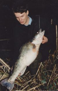 Uli Beyer mit 90+-Zander auf Twister gefangen, aus den 80er Jahren