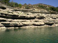 Felsspalten über und unter Wasser - Unterstände satt für Raubfische!